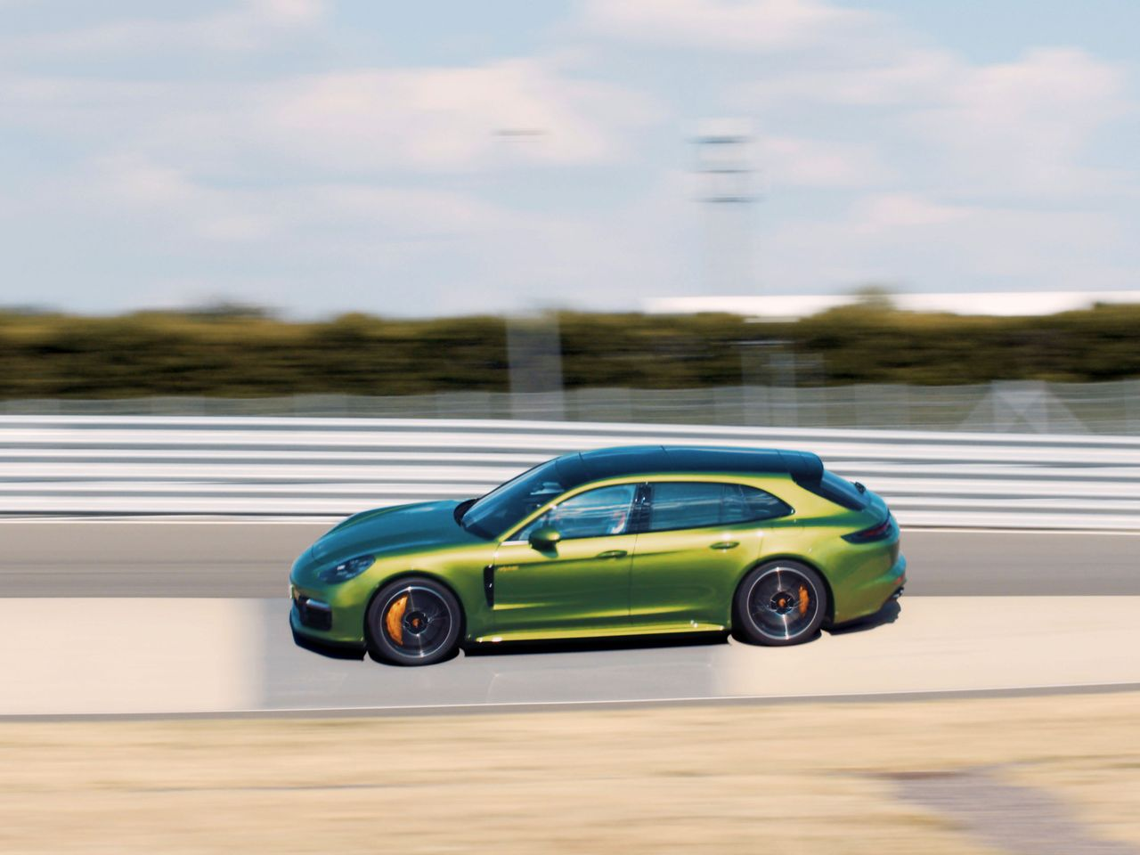 Driving into the Karussell, the driver of the Panamera Turbo S E-Hybrid Sport Turismo finds the perfect entry point of the turn.