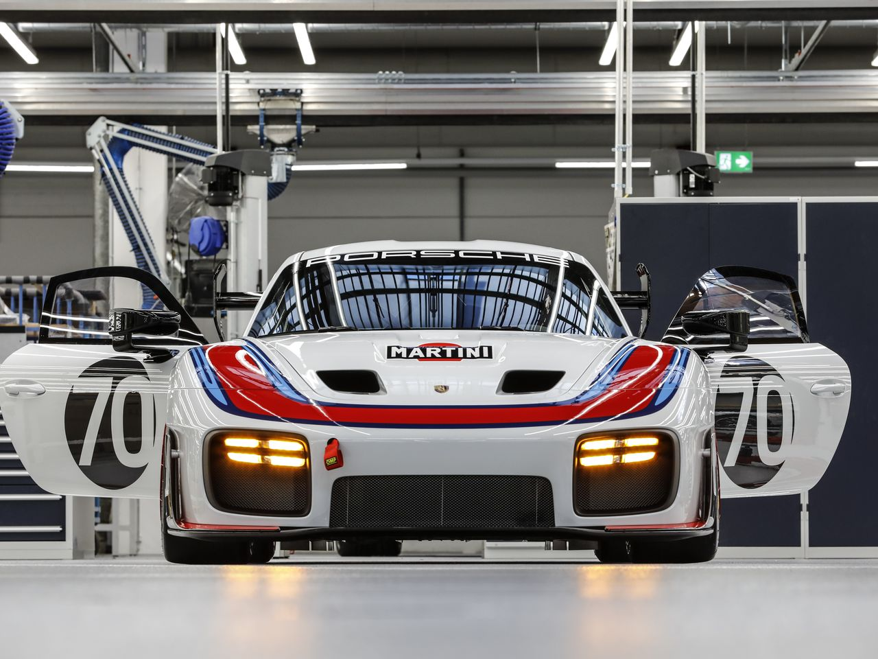 The sloping hood and low-slung LED headlights characterize the front of the new Porsche 935.