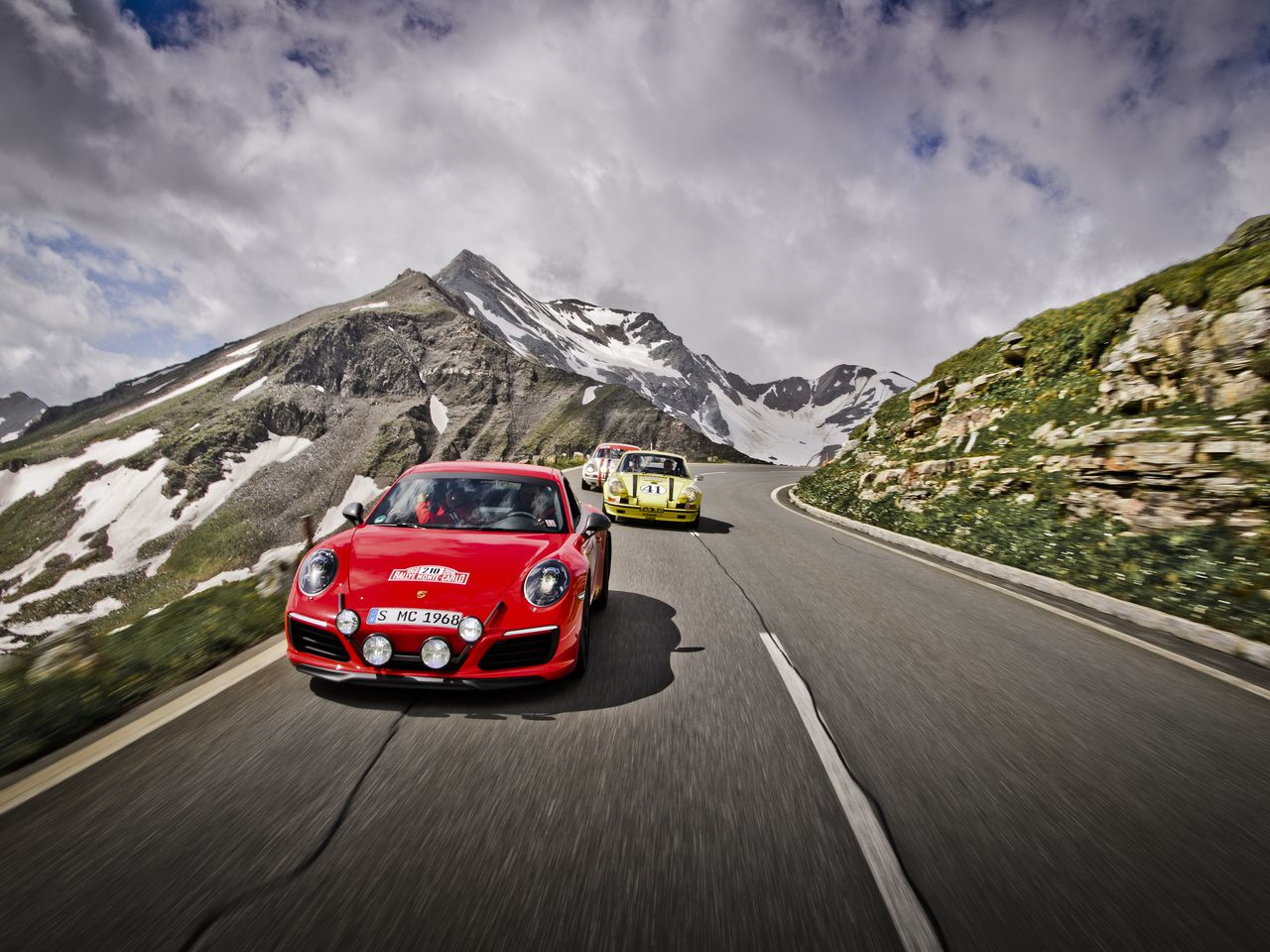 Other illustrious models on the High Alpine Road: The red Porsche 911 Carrera T in its Rallye Monte Carlo finery from 2018 is a priceless one-off. It is followed by two Porsche 911 ST.