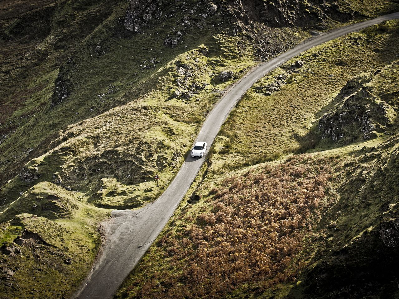 Single-lane driving on the Quiraing Pass.