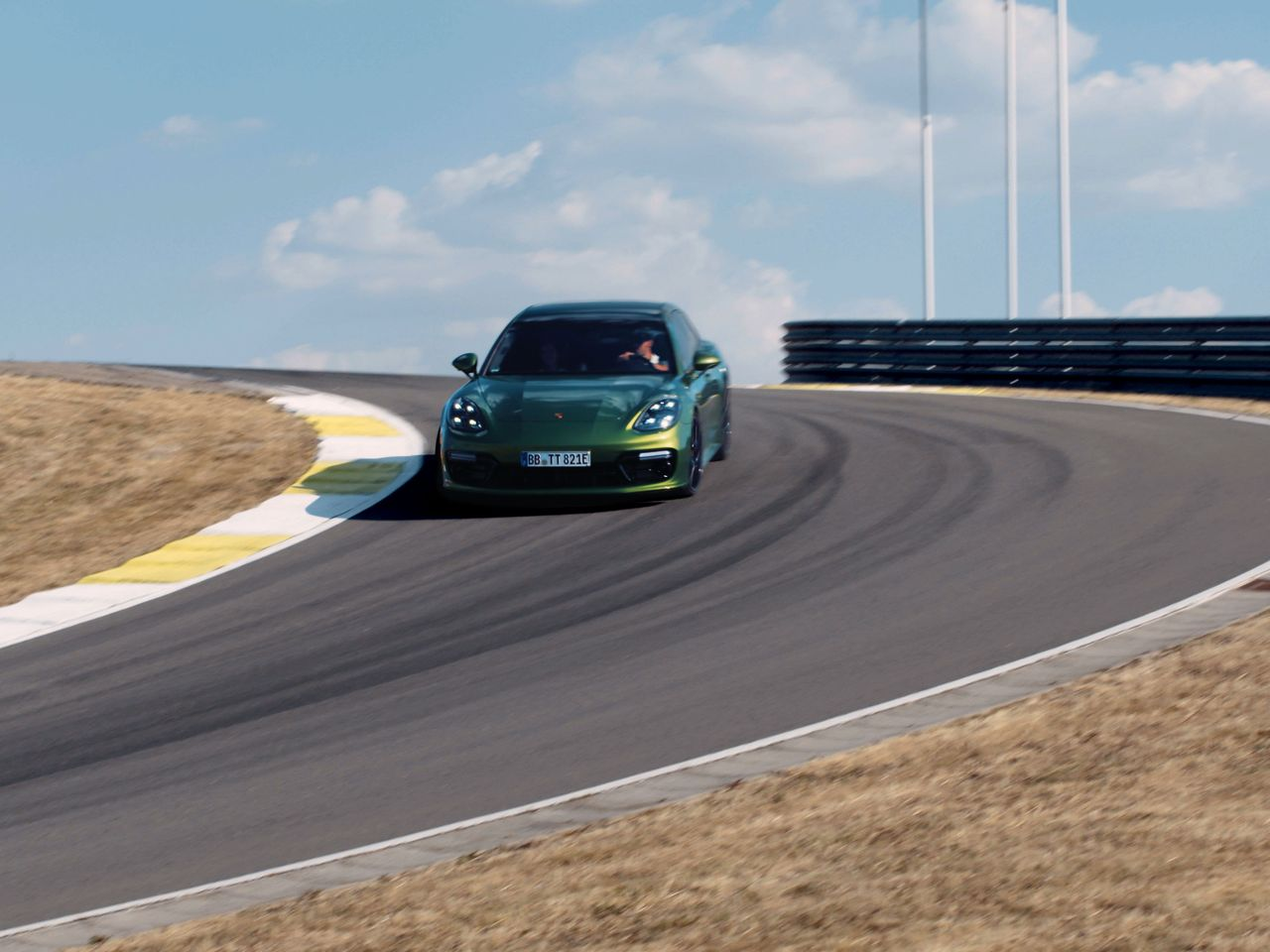 Attacking the track with adrenaline and dynamism: the Panamera Turbo S E-Hybrid Sport Turismo.