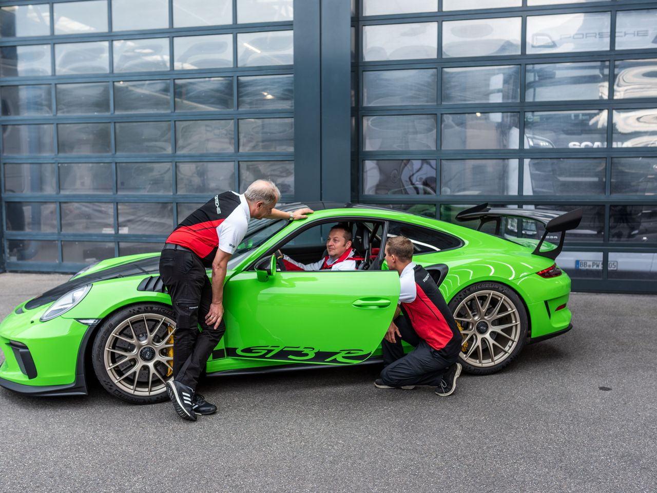 Teammates who can always count on each another : Jan Frank, Holger Bartels, and Marian Fiebig (from left) all contributed to the smooth performance and record drive of the 911 GT3 RS.