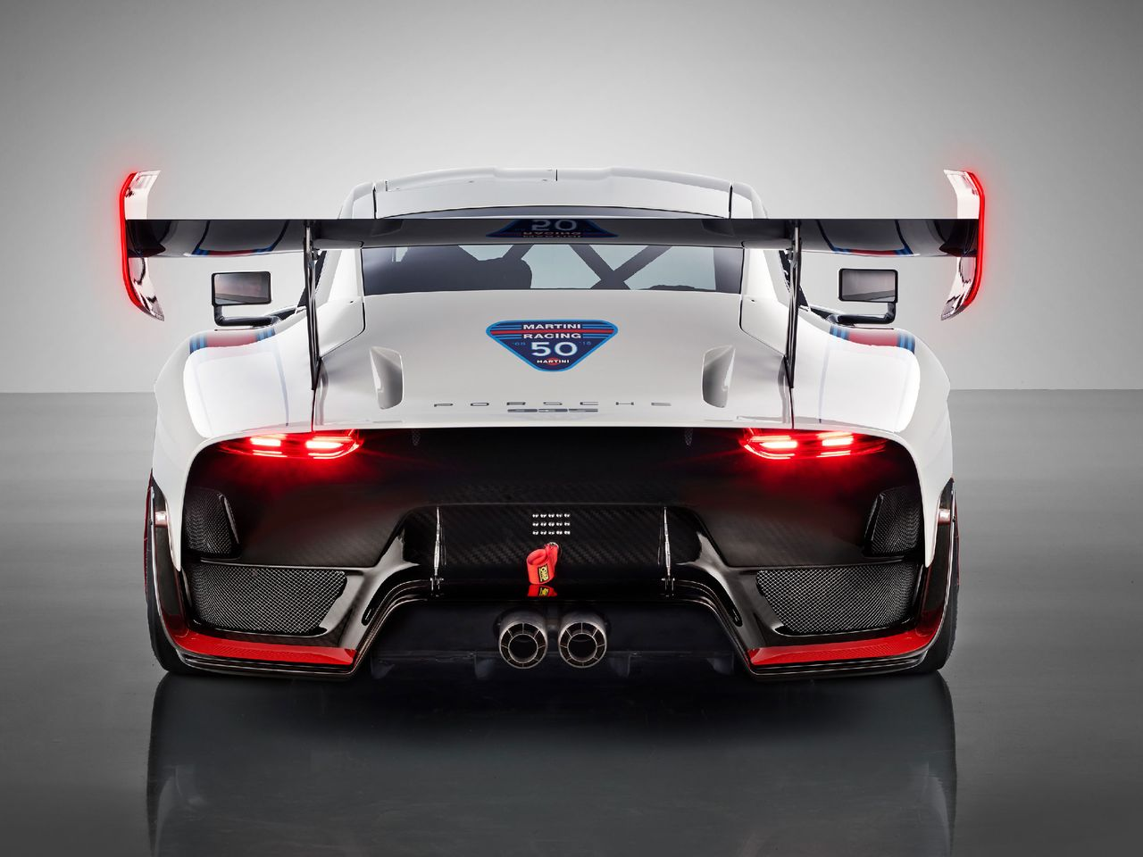 Drawing parallels: LED taillights in the end panels of the rear wing recall the LMP1 racer, the 919 Hybrid; exposed titanium tailpipes were inspired by the 1968 Porsche 908; and deep in the rear the basis lies hidden: 911 GT2 RS.